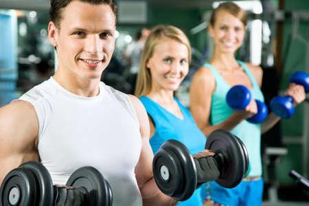Homem com equipamentos de muscula