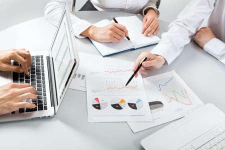 documentos: Primer plano de la gente de negocios que discuten un plan financiero Foto de archivo