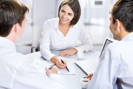 revisando documentos: Grupo de personas de negocios ocupados discutiendo asunto financiero durante la reuni? Foto de archivo