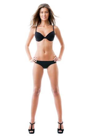 Retrato de uma jovem deslumbrante posando de lingerie sobre o fundo branco