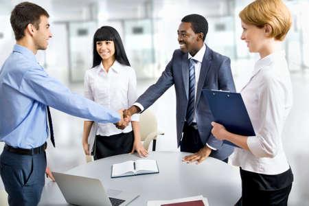 apret�n de manos: La gente de negocios apret?e manos, terminando una reuni?