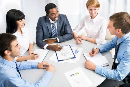 personas trabajando: Negocios grupo retrato - Cinco personas de negocios trabajando juntos. Un diverso grupo de trabajo.