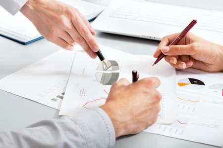 recursos financieros: Primer plano de las manos de la gente de negocios en el trabajo en la oficina