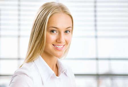 Closeup portrait de jeune femme d'affaires joli sourire Banque d'images