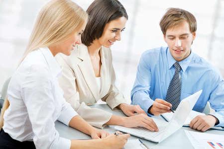 reunion de trabajo: Los j?venes de negocios que trabajan en la oficina