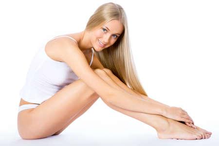 piernas mujer: Fitness mujer feliz aislado sobre fondo blanco