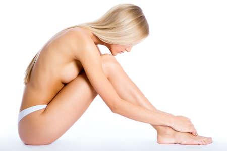 corps femme nue: Belle femme à moitié habillé, assis sur un fond blanc