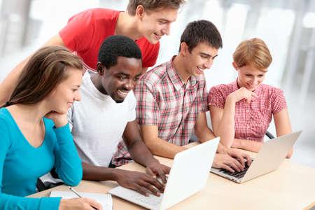 Grupo de jovens estudantes que estudam juntos em um col�gio