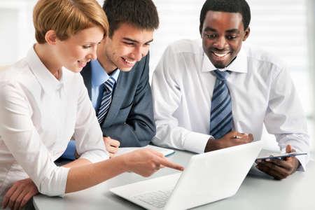 personas trabajando: La gente de negocios trabajando juntos. Un grupo de trabajo diversa.