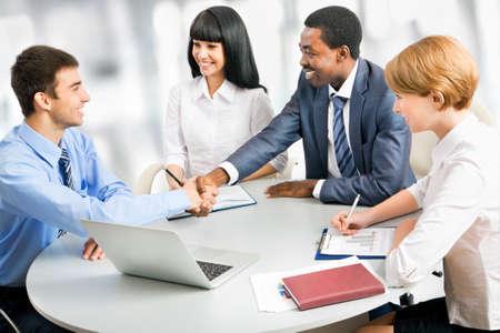 la union hace la fuerza: La gente de negocios apret?n de manos, terminando una reuni?n Foto de archivo