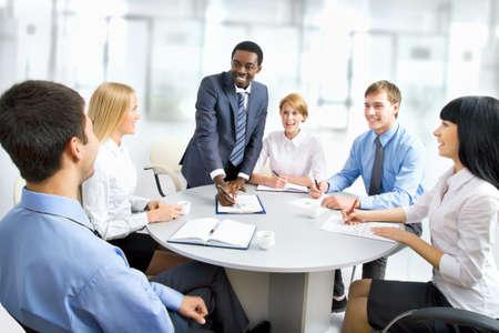 trabajaba: La gente de negocios trabajando juntos. Un grupo de trabajo diversa.