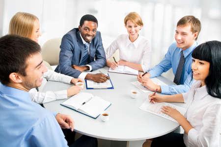 gente comunicandose: Imagen de empresarios que trabajan en la reuni?n