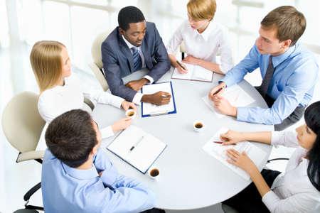 Executivos que trabalham junto. Um grupo de trabalho diversificada. Imagens