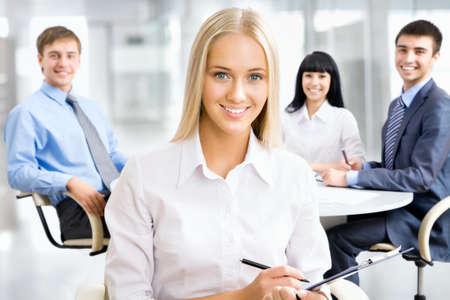Portrait d'une jeune femme d'affaires attrayant souriant lors d'une réunion.