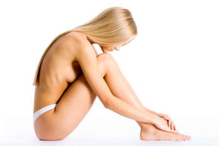 mujeres jovenes desnudas: Hermosa mujer medio desnuda sentada sobre un fondo blanco