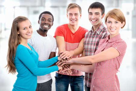 solidaridad: El equipo de amigos que muestran la unidad con las manos juntas Foto de archivo