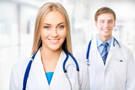 Femme médecin avec son collègue