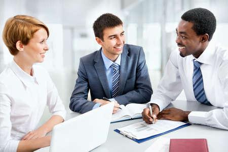 negocios internacionales: Grupo de gente de negocios feliz en una reuni?n en la oficina Foto de archivo