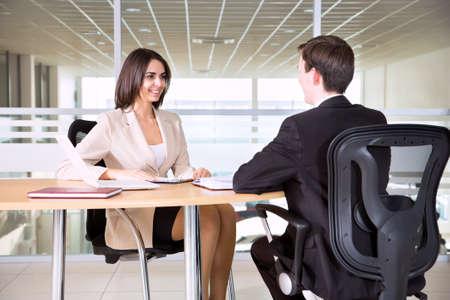 L'image d'hommes d'affaires travaillant à la réunion