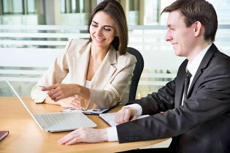 Zakenmensen in een vergadering op kantoor Stockfoto