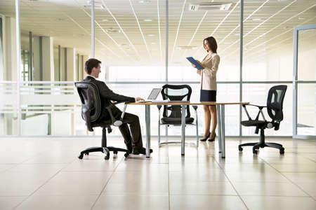 papeles oficina: Imagen de empresarios que trabajan en la reuni?n
