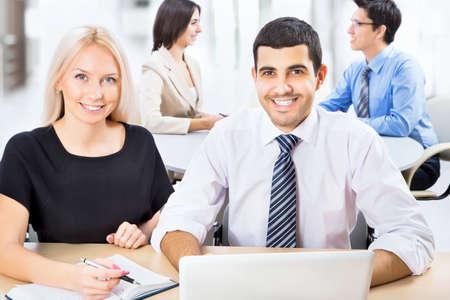 Les gens d'affaires qui travaillent avec un ordinateur portable dans un bureau