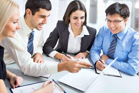 menschen unterwegs: Geschäftsleute, die mit Laptop in einem Büro Lizenzfreie Bilder