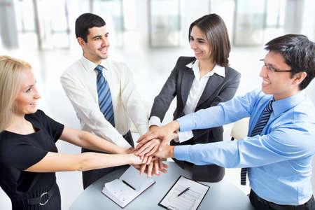 Business team hun handen op elkaar