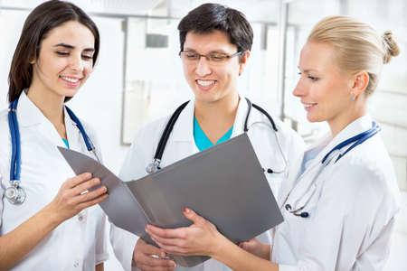 estudiantes medicina: Retrato de una inteligente médicos jóvenes de pie en un hospital
