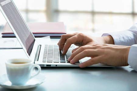 Gros plan d'd'affaires de taper sur un ordinateur portable Banque d'images