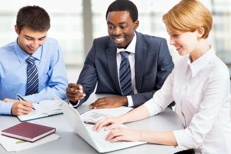 Gens d'affaires travaillant avec un ordinateur portable dans un bureau
