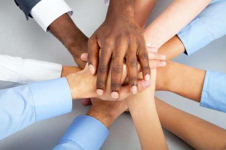 Gros plan de l'équipe des affaires mettant leurs mains sur le dessus de l'autre