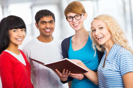 african student: Gruppo di studenti di felici