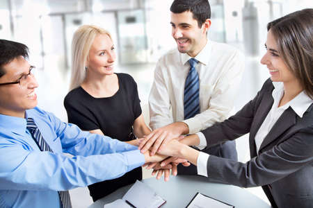 International business team die eenheid met hun handen samen