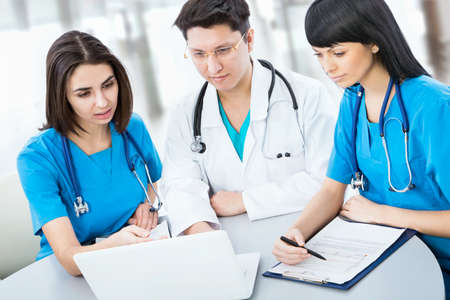 estudiantes medicina: Retrato de una inteligente médicos jóvenes trabaja en un hospital