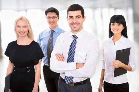 Groep van mensen uit het bedrijfsleven met een zakenman leider op de voorgrond