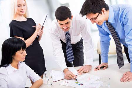 recursos humanos: Empresarios trabajar juntos en una Oficina