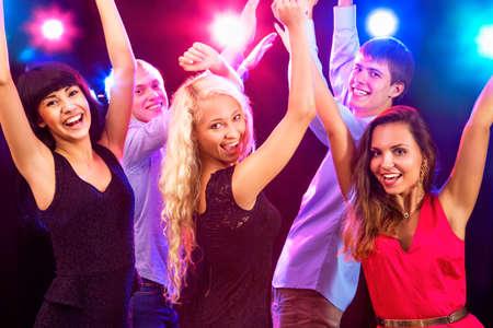 Jonge mensen die plezier dansen op feestje.