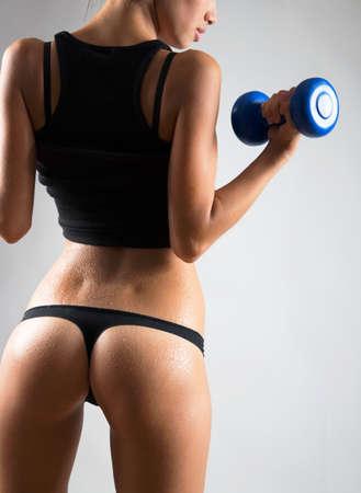 Femme de fitness. Slim femme avec des haltères. Banque d'images
