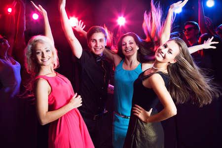 Los jóvenes se divierten bailando en la fiesta. Foto de archivo - 23222563