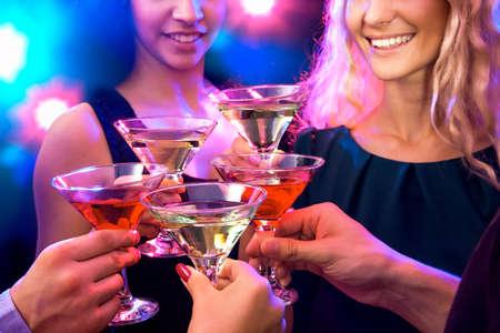 clinking: La gente feliz tintineo de vasos entre s�