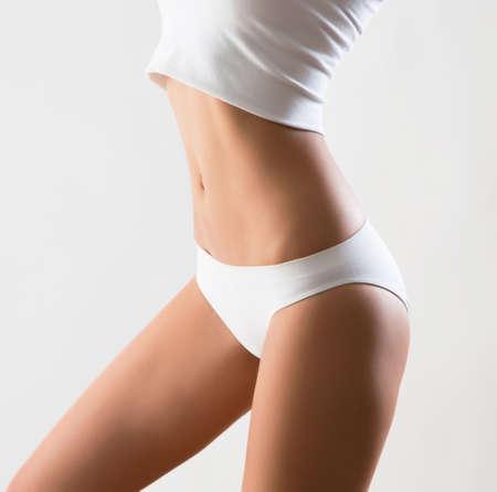 body slim: Beau corps mince de la femme dans la lingerie