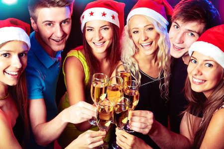 fiesta amigos: Feliz grupo de j�venes amigos de tocar los vasos para con los dem�s