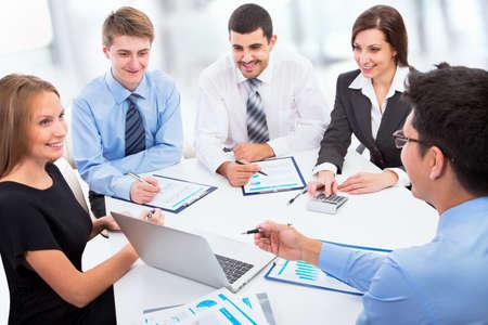 Mensen uit het bedrijfsleven werken met een laptop in een kantoor Stockfoto
