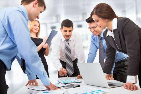 negocios internacionales: Equipo de negocios que trabaja en su proyecto de negocio junto a la oficina de