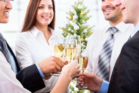 brindisi champagne: Gente felice con dei bicchieri di cristallo pieni di champagne