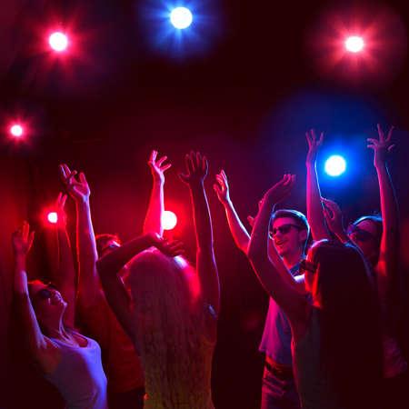 danza contemporanea: Los jóvenes se divierten bailando en la fiesta.