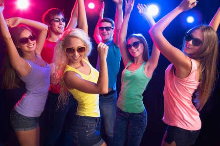 gente bailando: Los j�venes se divierten bailando en la fiesta.
