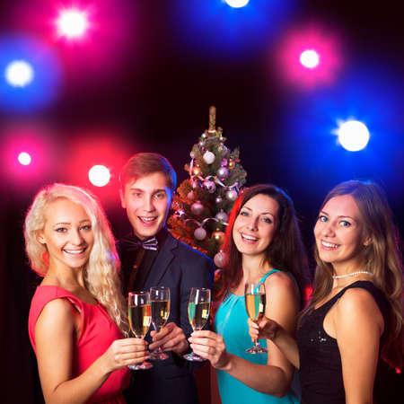winter party: Le persone felici tintinnano da bicchieri con l'altro
