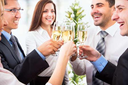 Gelukkige mensen met kristallen glazen vol champagne
